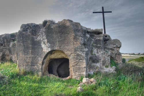 Cross_and_Tomb1